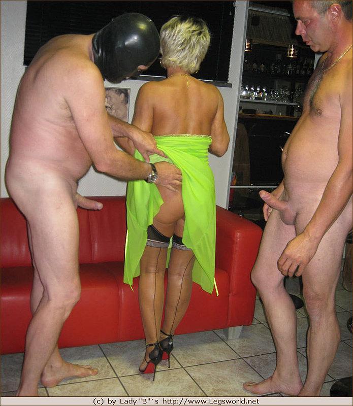 Проститутка обслуживает клиентов онлайн