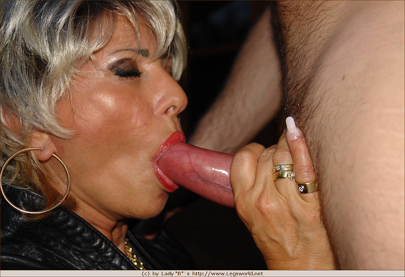 A lady blows the cock of her lover until it brings his cum o 1