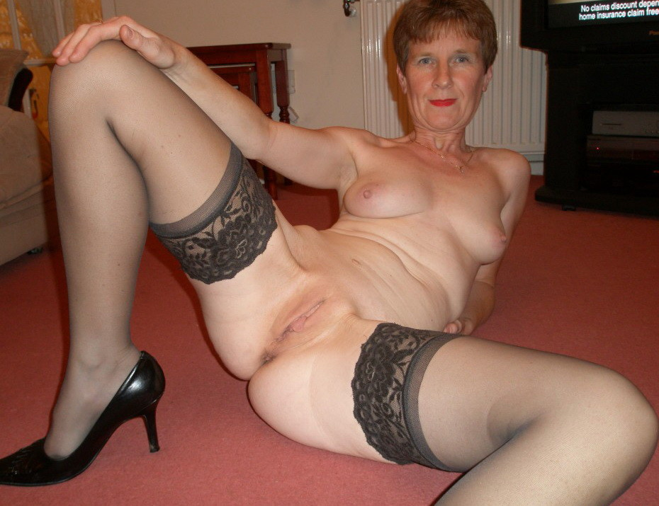 New mature showing her pussy!!!!