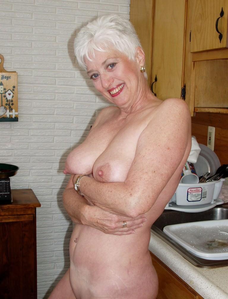 Яблочко mature ladies showing their bodies