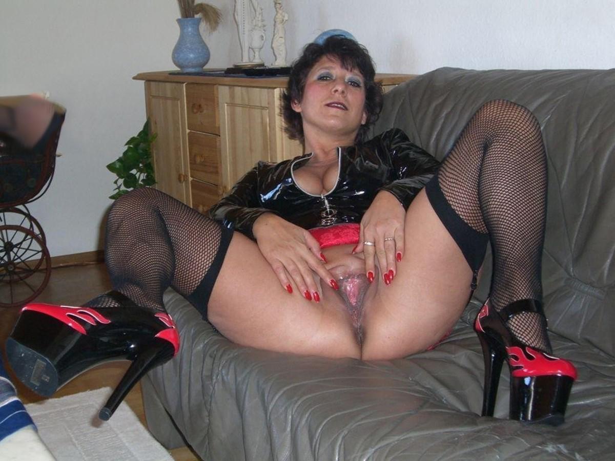 Amatuer slut milf posing nude pussy