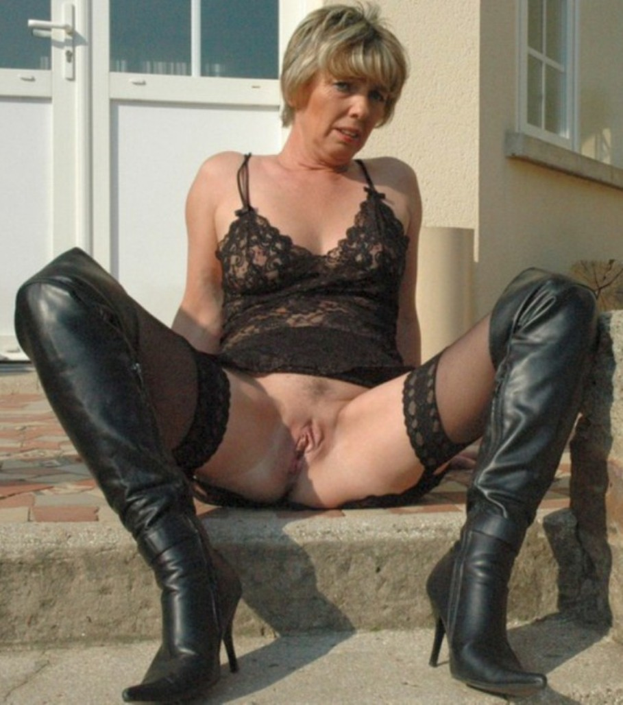 Mature boots in nude women