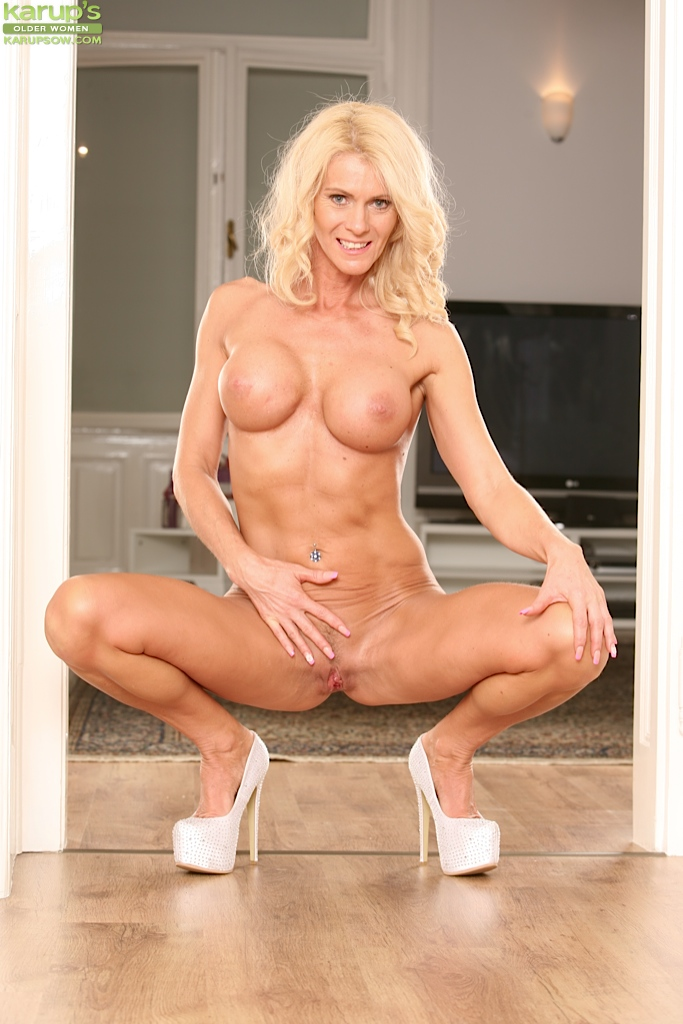 Hot cougar pussy