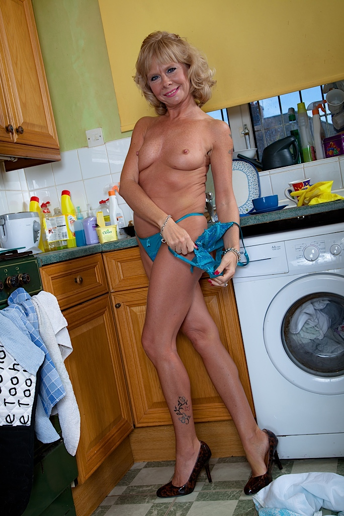 women kitchen counter on Nude