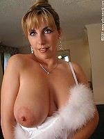 Gorgeous mature lady showing tits after shower